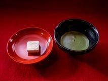 Grönt te och guld- tempelkaka royaltyfri foto