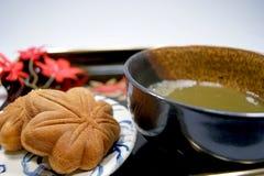 Grönt te och Momiji-manju Arkivfoto