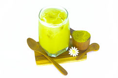 Grönt te på träbräden och pulver för grönt te med träskeden Fotografering för Bildbyråer