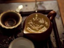 Grönt te som häller i teceremoni för traditionell kines Arkivbild