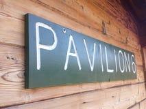 Grönt tecken på en skogsbevuxen vägg fotografering för bildbyråer