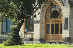 Grönt träd för byggnad för gräsmattauniversitettegelsten gammalt royaltyfria bilder