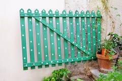 Grönt trädekorativt staket med blom- blommabeståndsdelar och detaljer/del av trädgården Fotografering för Bildbyråer