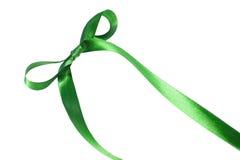 Grönt tygband och pilbåge som isoleras på vit bakgrund Arkivfoto