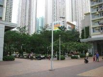 Grönt utrymme i Hong Kong stadsmitt med högväxta byggnader omkring royaltyfria foton