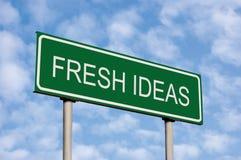 Grönt vägmärke, för textbegrepp för nya idéer ljus Cloudscape himmel, Signage för vägren för metafor för innovationaffärsidéinspi Royaltyfri Fotografi