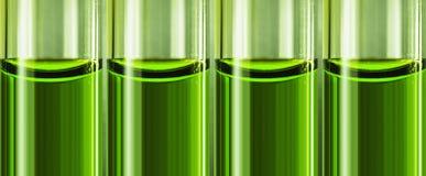 Grönt vätskekemiskt vapen i glass rör Royaltyfri Foto