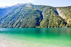 Grönt vatten av Achensee, Achenseehof (Österrike) Royaltyfria Bilder