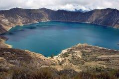 Grönt vatten i Laguna Quilotoa royaltyfri fotografi
