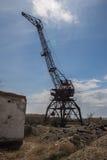 Grúa abandonada oxidada del puerto en el puerto anterior de Aral Foto de archivo libre de regalías