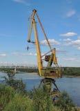 Grúa cerca del día del puente ferroviario del río Imagen de archivo