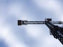 Grúa contra el cielo azul Foto de archivo libre de regalías