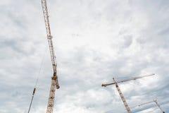 Grúa contra un cielo nublado, visión inferior fotos de archivo