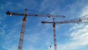 Grúa de construcción amarilla en el cielo azul almacen de video