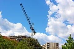 Grúa de construcción azul en la ciudad fotografía de archivo