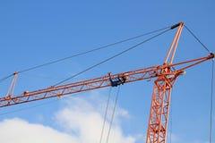 Grúa de construcción con el cielo azul Fotos de archivo libres de regalías