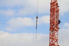 Grúa de construcción con el cielo azul Imágenes de archivo libres de regalías