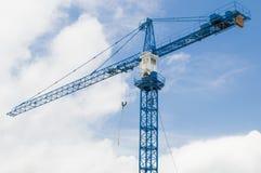 Grúa de construcción con el cielo azul y la nube foto de archivo