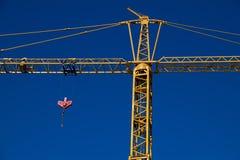 Grúa de construcción con la polea Foto de archivo