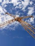Grúa de construcción contra el cielo azul imagenes de archivo