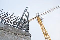 Grúa de construcción contra el cielo azul Emplazamiento de la obra Alto edificio de la subida que sube imagen de archivo