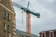 Grúa de construcción en el centro del edificio Reconstrucción y construcción del edificio en la vieja, histórica área de la ciuda imagen de archivo libre de regalías