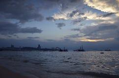 Grúa de construcción en el mar y la ciudad, Tailandia Imagen de archivo libre de regalías