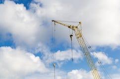 Grúa de construcción en las nubes Foto de archivo libre de regalías