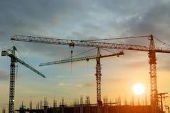 Grúa de construcción en puesta del sol Imagen de archivo