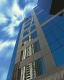Grúa de construcción reflejada en el edificio moderno fotografía de archivo libre de regalías