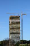 Grúa de construcción sobre casa del edificio Fotografía de archivo
