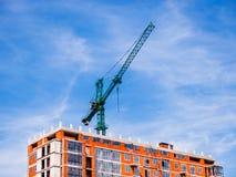 Grúa de construcción verde con el fondo del cielo azul Fotografía de archivo