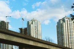 Grúa de construcción y altos edificios de la subida Fotos de archivo libres de regalías