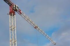 Grúa de construcción y su auge al ángulo del horizonte Fotos de archivo