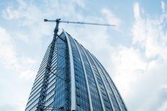 Grúa de la construcción de edificios Foto de archivo libre de regalías
