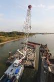 Grúa de la natación en la acción durante el deconstruction del puente, editorial Fotografía de archivo