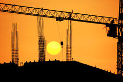 Grúa de la silueta en sitio de la construcción de edificios Foto de archivo libre de regalías