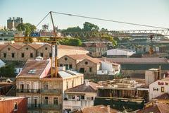 Grúa de la subida del 'de A†alta que trabaja dentro de una casa histórica en la ciudad de Vila Nova de Gaia Foto de archivo libre de regalías