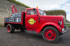 Grúa del coche en base del camión alemán Opel Blitz El desfile de coches retros en Kronstadt Fotografía de archivo