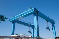 Grúa del envase en puerto marítimo imagenes de archivo