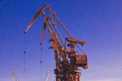 Grúa, elementos buque-tierra de la grúa Fondo del transporte y de la tecnología fotos de archivo
