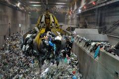 Grúa en basura a la central eléctrica de la energía Imagen de archivo