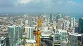 Grúa en el emplazamiento de la obra céntrico del rascacielos de Miami Brickell metrajes