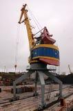 Grúa en el puerto fluvial de Kolyma Foto de archivo libre de regalías
