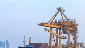 Grúa en el puerto marítimo, Bangkok, Tailandia del levantador Fotografía de archivo libre de regalías