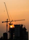 Grúa en fondo de las puestas del sol Fotos de archivo libres de regalías