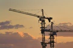 Grúa en la construcción, oscuridad Foto de archivo libre de regalías