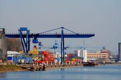 Grúa en puerto Imágenes de archivo libres de regalías