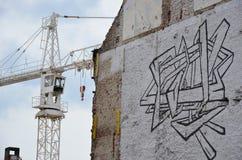 Grúa en un arte del solar y de la calle imágenes de archivo libres de regalías