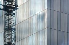 Grúa en un rascacielos en espejos imágenes de archivo libres de regalías